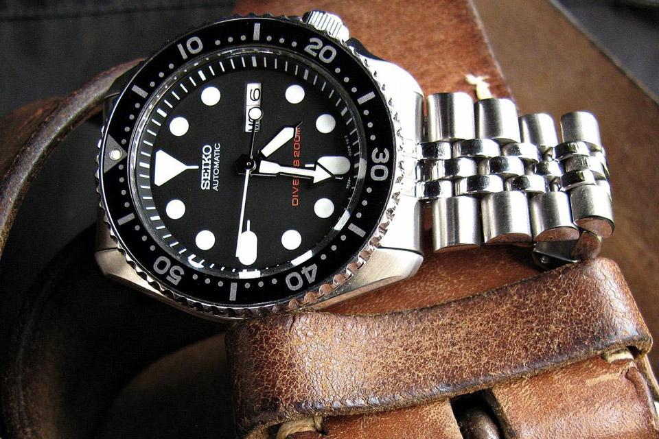 0ff85323e55845 Comparer Aperçu rapide · Montre Seiko Classique quartz chronographe acier  sur bracelet cuir marron cadran argenté 42.2 mm - Lepage